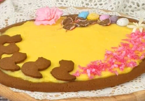 Pastel de Pascua con forma de huevo y relleno sabor rompope